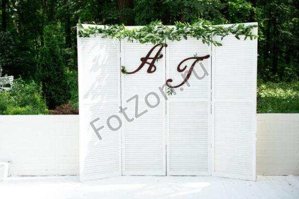 Фотозона с белым задником и зеленью в аренду