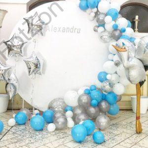 Фотозона для ребенка с круглым баннером и шарами