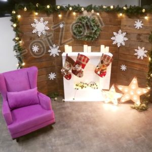 Фотозона с деревянным задником, креслом и камином
