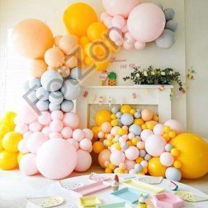Фотозона с камином и шарами для ребенка